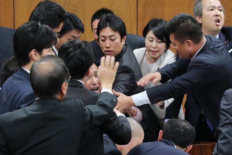 入管法改正案、自民強行採決 来月10日まで成立目指す | 政治・経済 ...